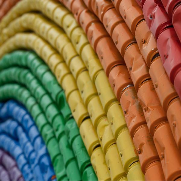 arcobaleno di lattine riciclate