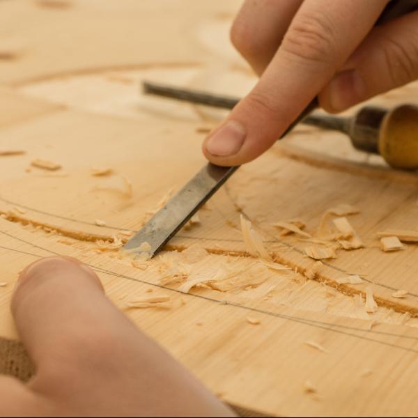 mani scalfiscono il legno