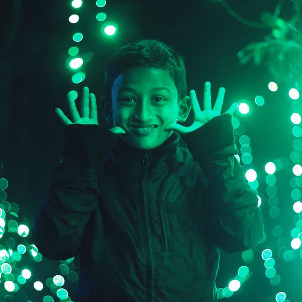 bambino sorride luce green