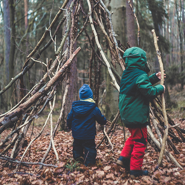 bambini giocano nella natura