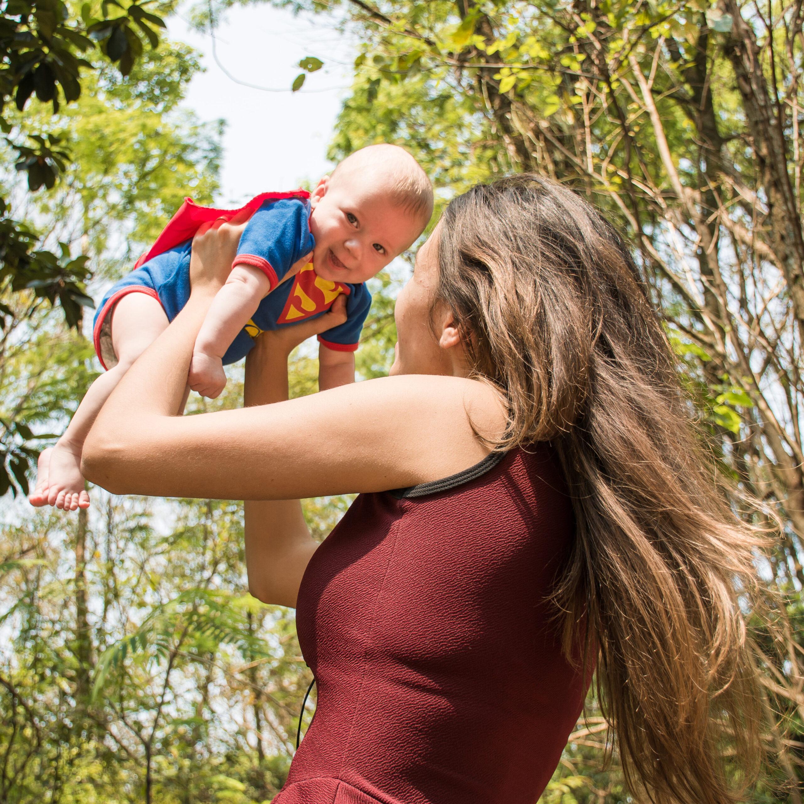 mamma e bambino nella natura